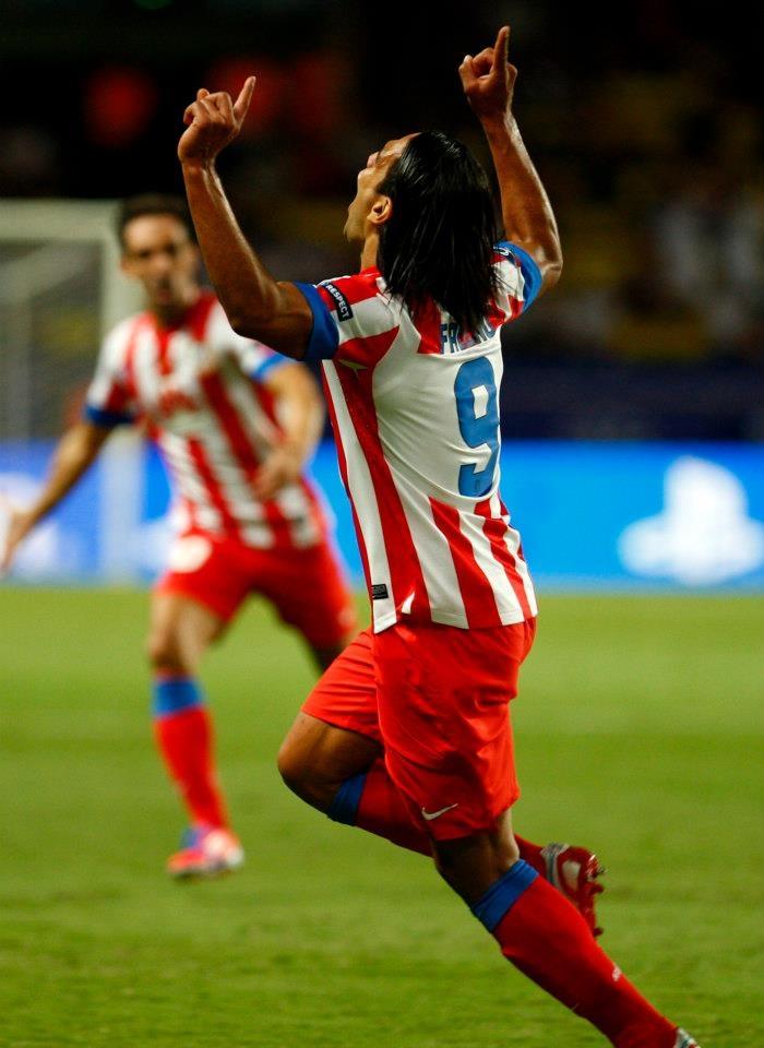 Así celebró el colombiano uno de los tres goles que anotó en la Supercopa de Europa 2012 frente al Chelsea (31/08/2012).