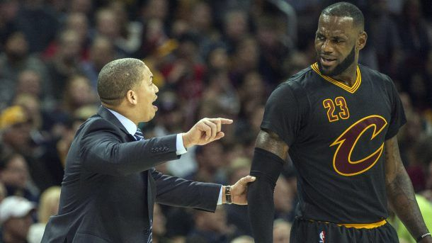 #NBA Cleveland Cavaliers head coach Tyronn Lue talks with LeBron James during the second half of an NBA basketball game against the Atlanta Hawks in Cleveland, Tuesday, Nov. 8, 2016. The Hawks won 110-106. (AP Photo/Phil Long)