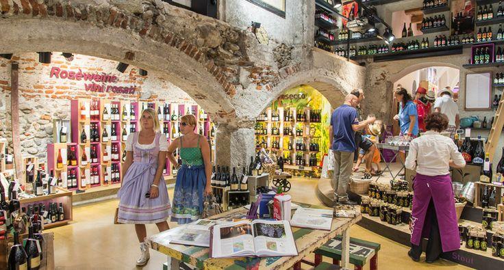 HARPF BOTTIGLIERIA. Tradizione quasi centenaria nella vendita al dettaglio di vino da tutto il mondo.