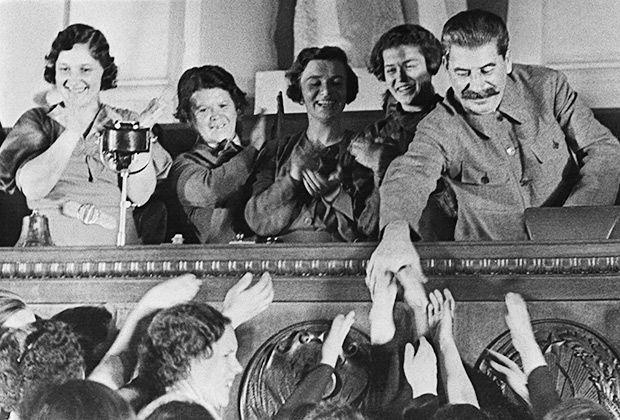 Генеральный секретарь ВКП(б) Иосиф Сталин приветствует участниц совещания, жен командиров РККА