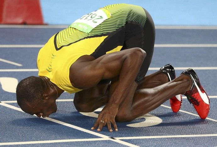 Usain Bolt beija pista do Engenhão após vencer 200m (Foto: Kai…