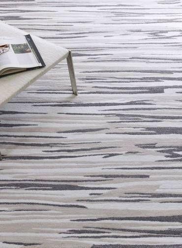 O truque dos novos tapetes que parecem flutuar é bem simples: as estampas são feitas em alto relevo. O modelo de fibra sintética com nuances de cinza que aparece na foto, por exemplo, é assim.