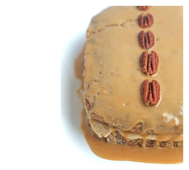 Staat de koffie of thee al klaar? Deze taart is er heerlijk bij. Dit recept is origineel van Jamie Oliver. Is vol van smaak, door de combinatie koffie en noten. Ik heb in dit recept pecannoten gebruikt, maar jij kunt ook walnoten of amandelen gebruiken. Noten zijn gezond, een van de gezondste noten is amandel. Ze zijn rijk aan vitamines en mineralen en zijn goed voor het hart, de hersenen en je spijsvertering. Hij is niet te zoet, is precies goed. Hmmm even genieten.