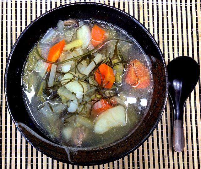 11/10 今朝の糖尿病のおふくろの朝めし。野菜スープを飲んだ翌日は、血糖値が下がり、体の調子もいいということから、このところ色んなバージョンの野菜スープを作っている。 今回は、あまり野菜と切りこんぶの下ゆでしたものを使った野菜スープ。おふくろの体のことを考えて作ったのに今朝は、マズイ!と一言、言われた一品。 それもそのはず、糖尿病のおふくろには、体のことを考え、塩分を控え白だし大さじ2程度しか入れていないので当然、チョー薄味野菜スープなのである。 しかし、オイラが賄いで再度、作り直した時は、鶏ガラスープの素を使って中々のいい味に仕上がりました。ちなみに、これを味見したおふくろは、「こ - 17件のもぐもぐ - 血糖値が下がる❓具沢山和風野菜スープ by cabezon64