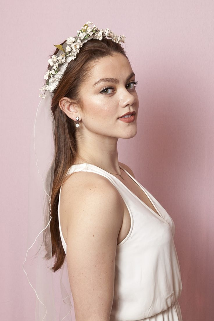Check out this gorgeous boho bride hairstyle for your wedding.