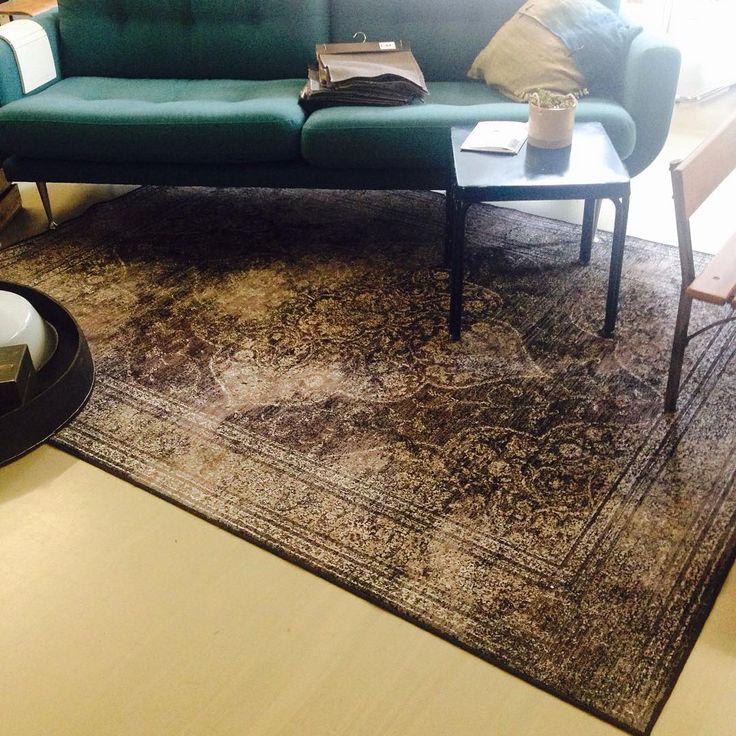 Mooi kleed van @dutchbone bij deze @homestocknl bank #bank #couch #tapijt #kleed #dutchbone #home #homestock #homestocknl #wonen #woonwinkel #woonwarenhuis #haarlem #eindhoven #conceptstore #nieuw