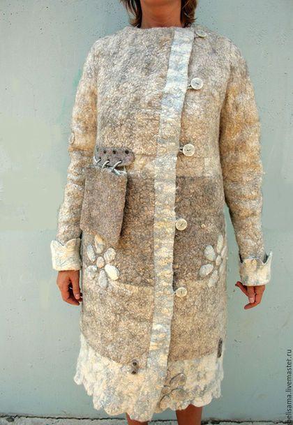 Купить или заказать Пальто бохо из войлока 'Снежные ромашки' в интернет-магазине на Ярмарке Мастеров. Продано! Двустороннее войлочное пальто. Можно носить на две стороны. Пальто сшитое (НЕ цельноваляное) из очень плотно свалянного полотна. Швы - стык в стык, несколько раз продублированы вручную. Пальто полностью сшито руками! Войлок около 5 мм толщиной. Шерсть использовалась большой тонины, потому пальто не мягкое, а брутальное и суровое. Каждая сторона пальто выложена слоем вискозы.