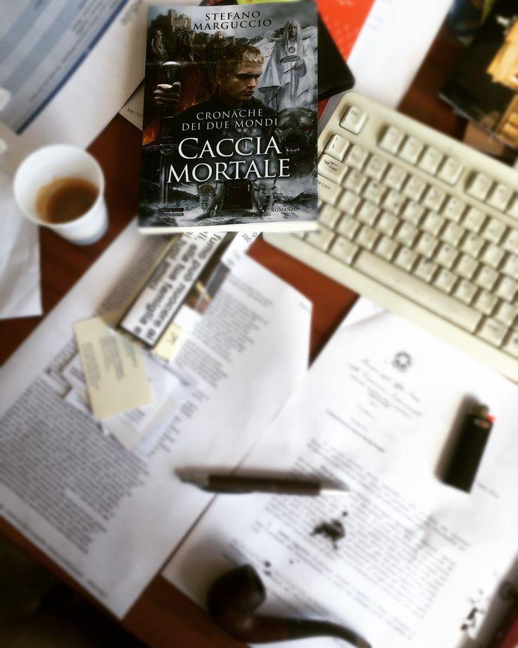 Habemus libro di carta!!! Fa un certo effetto, mi sembra anche un po' piccolo... come le case dove sei cresciuto, che te le ricordi enormi ma sono normalissime... #versionecartacea #cacciamortale #fantasy #book #stefanomarguccio www.cronachedeiduemondi.it