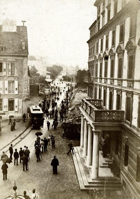 Inauguration de la ligne de tram en 1896: au premier plan, le porche de l'Hôtel Gibbon à Saint-François.