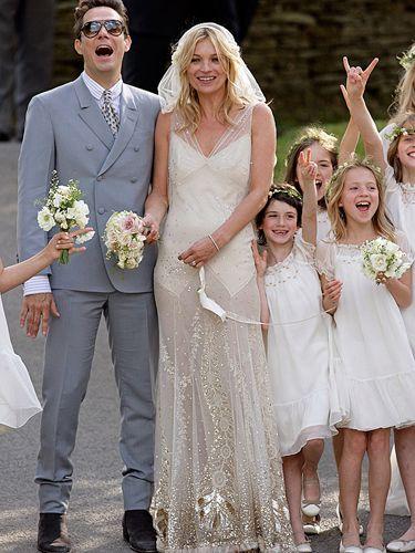 Supermodelul Kate Moss a ales o rochie de mireasa partial transparenta si cu imprimeuri tribale aurii. Superb! #nuntasieveniment, #rochiemireasakatemoss, #mireasakatemoss