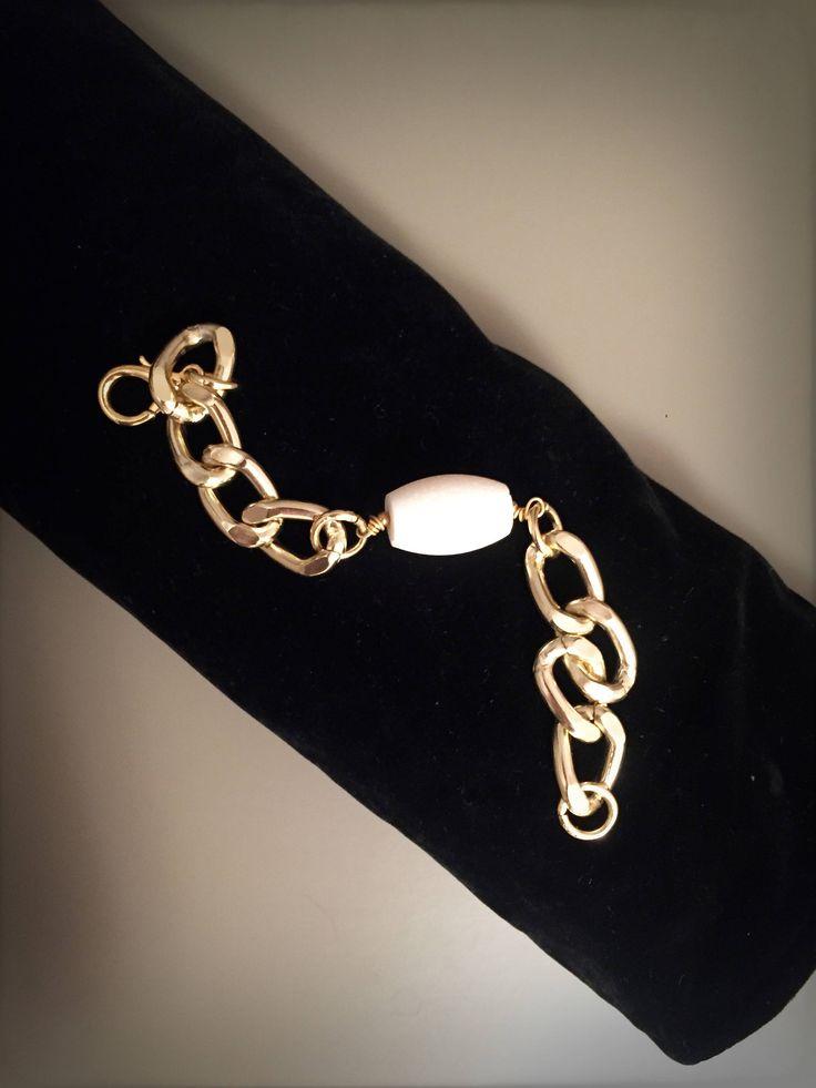 Bracciale con catena grossa dorata e corallo bianco, catena grossa con ciondolo di corallo bianco, bracciale con catena a maglia grossa di LesJoliesDePanPan su Etsy