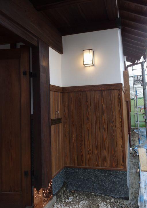 門屋の照明もついて風情ある。漆喰塗り替え。