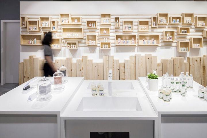 Zona expositiva compuesta por sistema de cajas intercambiables y totems en la parte inferior. AlpStories Community Store by Brigada, Zagreb – Croatia » Retail Design Blog