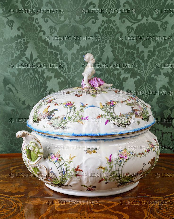 . Soup-tureen with en treillage pattern and a girl-gardener perched on the lid. Meissen, around 1760.