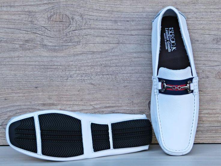 Os homens elegantes ganham mais uma excelente opção de estilo com o mocassim. Com design esportivo e atual, possui cores cítricas e fácil de combinar com qualquer look para o dia a dia ou lazer