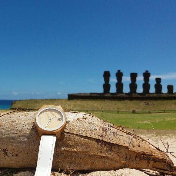 Desde Isla de Pascua con un Castor Indie ! Excelente paisaje junto a los Moais  gentileza de @franciscabrangier. Ven por el tuyo en www.castor-watches.com  gratis a todo #chile #castorwatches #castorindie #isladepascua #moais #reloj #relojes #watch #watches #relojesdemujer #relojdemadera