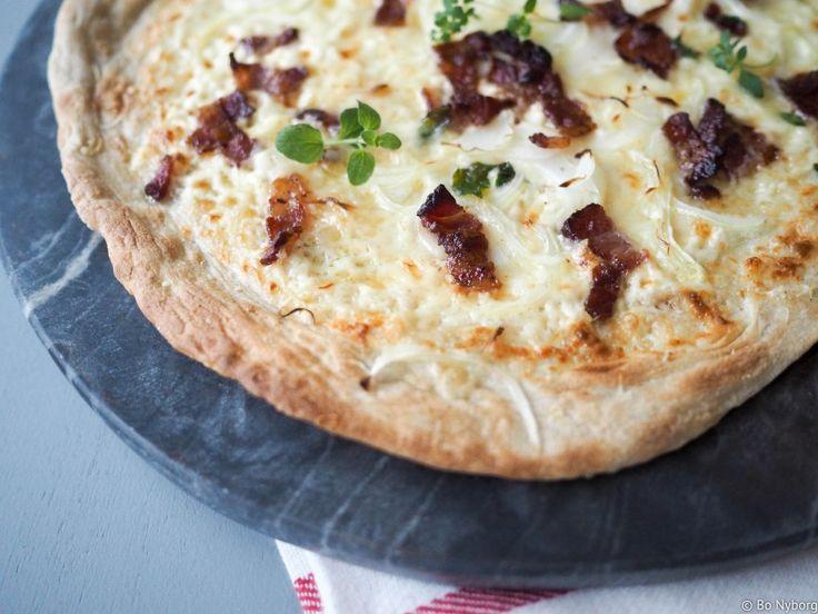 Flammkuchen eller Tarte Flambée er en pizza som stammer fra Alsace, grenseområdene mellom Tyskland og Frankrike. Den mest kjente varianten består av pizzabunn, løk, flesk og rømme, men det har dukket opp utallige varianter med tiden. Blandt annet denne hvor vi nok en gang jukser med å bruke libabrød som pizzabunn.