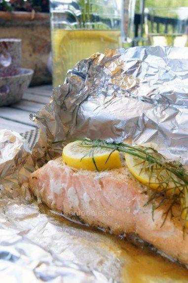 Zalmvan de barbecue met citroen en dille