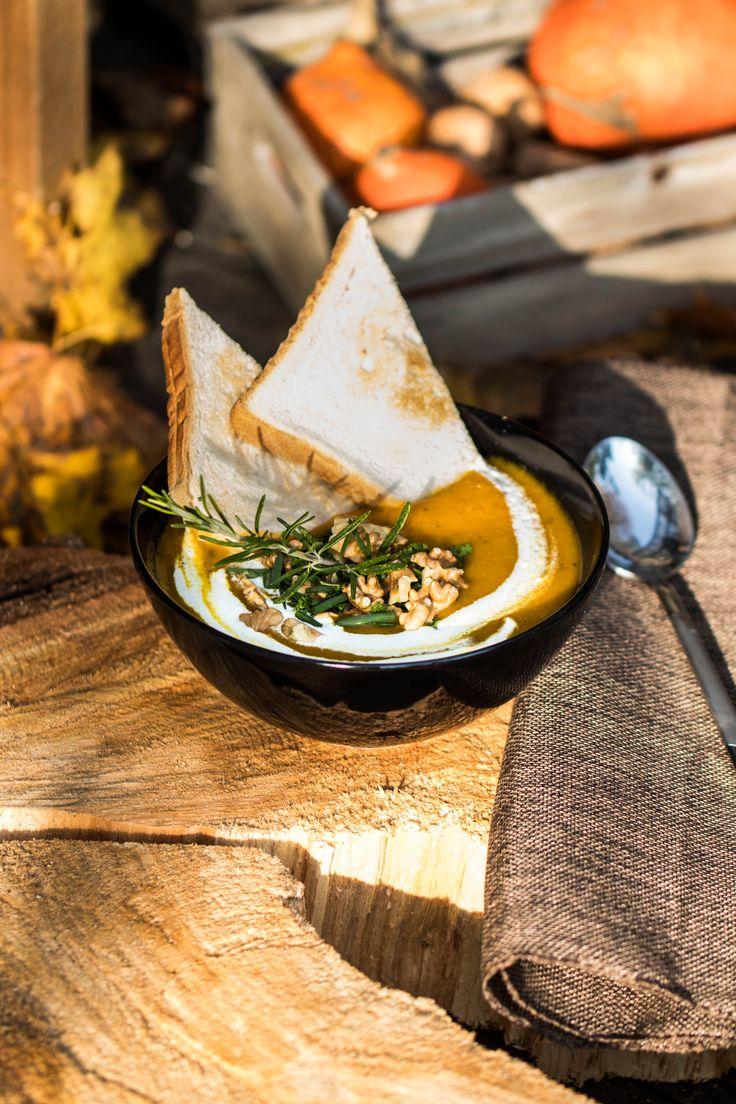 Kürbissuppe mit Rosmarin und Walnüssen