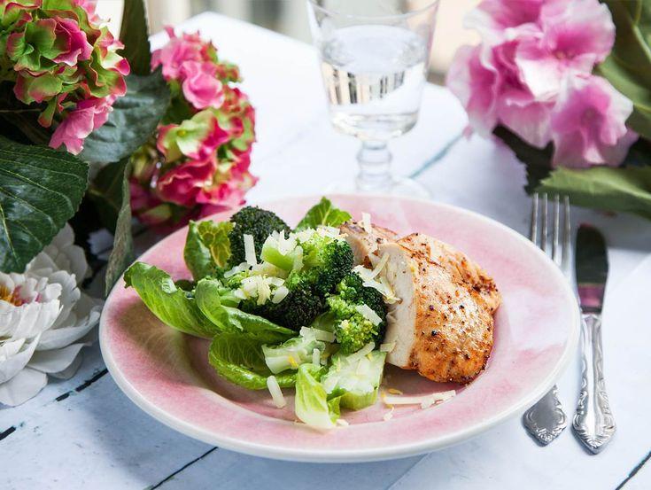 Fräsch och god kyckling med godaste broccolin som slungats i parmesan och citron. Perfekt vårmat!