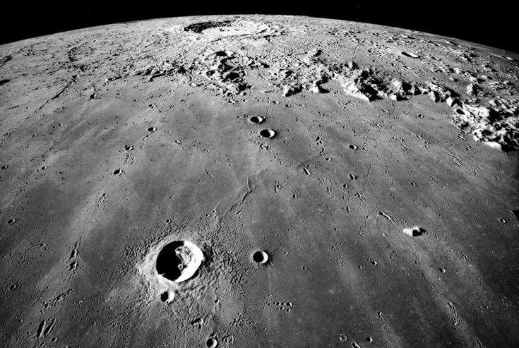 La Tierra masajea a la Luna y le causa arrugas.   No es el tipo de masajes que nos gustaría recibir...