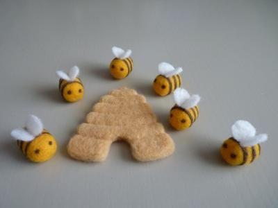 Abeilles et ruche en laine cardee