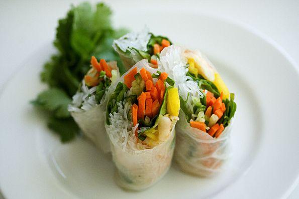 Rolinhos de legumes com creme de castanha de cajú.