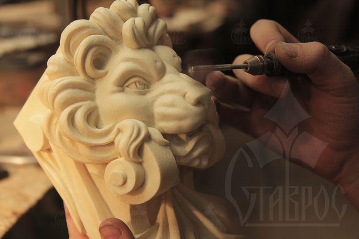 Резной кронштейн с маской льва из полиуретана