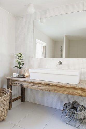 Coup de coeur @bonjourbibiche pour cette petite salle de bain ! On aime : le carrelage façon piscine, le meuble récup en bois, le large lavabo et les accessoires en osier #decoration #blanc #minimaliste