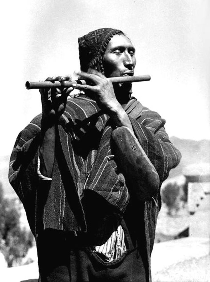Martin Chambi, , Músico quenista del Ande - Cusco 1932. Martín Chambi registró durante media centuria la arquitectura peruana, su sociedad plurivalente, los paisajes andinos y la majestuosa ciudadela inca de Machu Picchu. Su pericia técnica aparejada a un profundo sentido estético le llevaron a crear algunas de las imágenes más importantes de la fotografía latinoamericana del siglo XX.