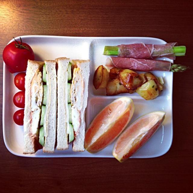 トマト、アスパラと生ハム、じゃがいも、グレープフルーツも。 - 18件のもぐもぐ - たまご、きゅうり、チーズのサンドイッチ by ACO