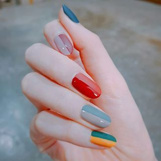 As unhas piano ganham outra cara com uma paleta de cores mais ousada, né? | 29 ideias de unhas que vão mudar seu conceito sobre nail art