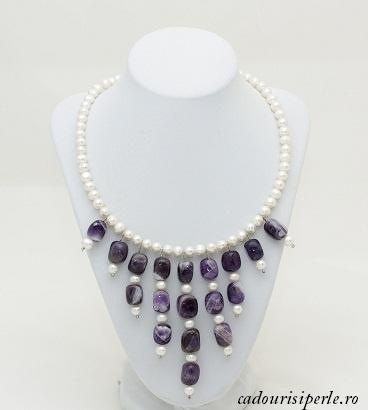 Colierul Amethist Queen-Colier realizat in intregime manual din perle naturale albe de 7-8 mm si piatra de ametist, cu un design original. Colierul se poarta la baza gatului. Lungimea colierului este la alegere, in functie de dimensiunile clientei.