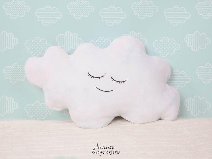 Cojín Nube. Quien no ha querido probar la suavidad y la ternura de una nube. Con este súper cojín en forma de nube, podrás experimentar esa sensación, al mismo tiempo que decoras un rincon del dormitorio de tu hijo. 17€