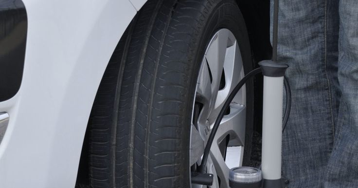 Como usar pneus reciclados para fazer capachos de borracha. Pneus são coberturas circulares que se encaixam nas rodas para reduzir impactos e aumentar a tração. Antes da invenção da borracha, rodas de aço eram usadas para aumentar a durabilidade das rodas de madeira. Pneus de borracha são predominantes em carros modernos, mas alguns materiais novos e plásticos flexíveis estão sendo usados. São tantos pneus ...