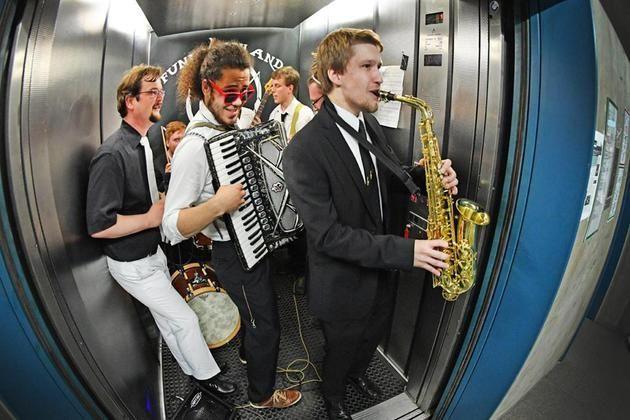 Knapp 30 verschiedenen Aufführungen in der Universität Bielefeld +++  »Nacht der Klänge« wird zur »Nacht der Sinne«