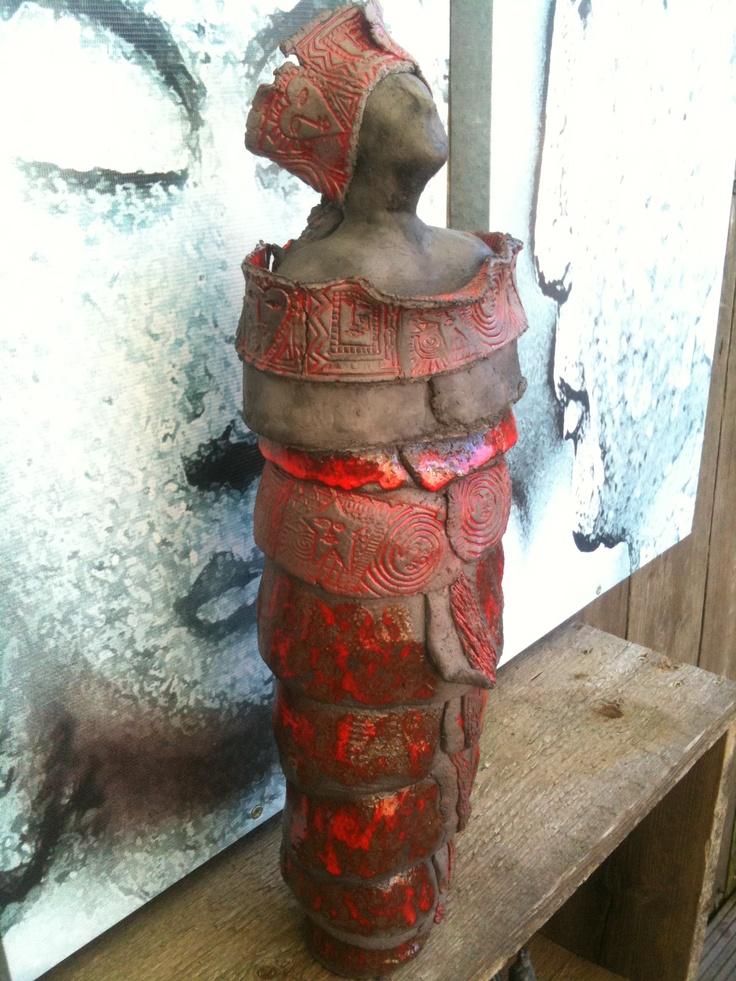 keramiek dame, gemaakt uit zwarte klei. Deels geglazuurd met Botz Koralle.