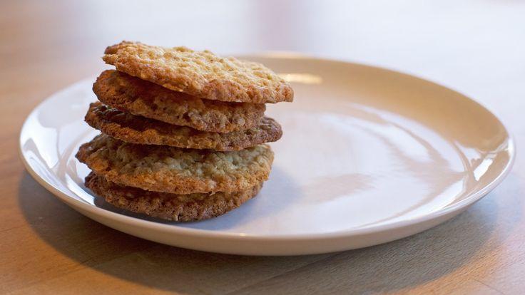 Havrekjeks Gylne og søte havrekjeks er godt til tekoppen om kvelden, gjerne med brunost på, eller de kan få bli med i sekken på tur. Denne oppskriften gir sprø, lette havrekjeks.