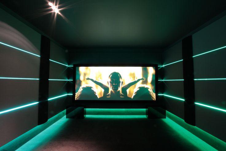 vue d'ensemble de l'avant de la salle de cinéma privée, écran Screenresearch, système Hp Steinway Lyngdorf. #Screenresearch #steinwaylyngdorf @artandsound0330