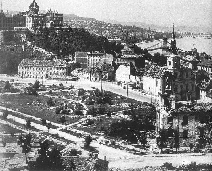 A lebombázott budai vár, 1945. tavasz