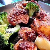 Golonka pieczona w garnku rzymskim z pomidorowo-paprykową skórką i pieczonymi ziemniakami