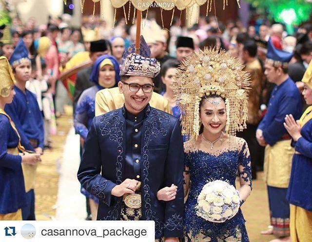 Wedding Reception of Nadhira & Arsyad @nadhasyanti @arsyad.heidi  . . Organized by @carlitaweddingplanner  Taken by @casannova_package Make up by @galmakeup  Attire by @barakebaya  Decoration by @kjogja_decoration  Venue at @hotelbidakarajkt  . #resepsi #pernikahan #wojkt #wpjkt #wedding #indonesianwedding #indonesianweddingvendor #galmakeup #kjogjadecoration #thebridestory #thebridedept #anakdaro #minangbride #minang #suntiang #weddingplanner #weddingorganizerjakarta #carlitaweddingplanner…
