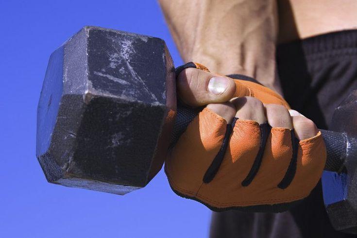 Ejercicios para fortalecer la muñeca y el antebrazo. Tener muñecas y antebrazos fuertes pueden beneficiarte innumerables veces a lo largo del día. Mientras que la fortaleza de esta región podría no ser tan atractiva como los bíceps o los abdominales fuertes, utilizas los flexores y extensores de la ...