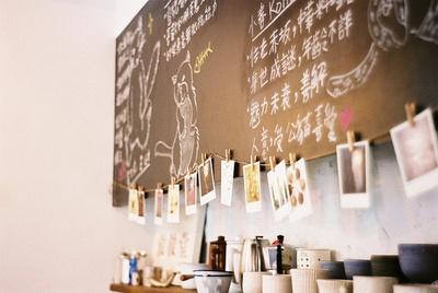 Strung polaroids from chalkboard menu board: Regular Custom, Coffee Shops, Photos Ideas, Café Dreams, Menu Boards, Cafe, Cute Photos, Chalkboards Menu, Cute Coff Shops