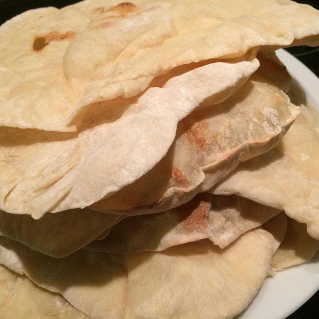 Til klassiske arabiske fladbrød skal du blot bruge fire ingredienser – gær, vand, salt og mel. Få opskrift, billeder og serveringsforslag her.
