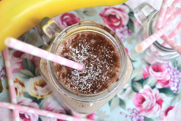 Il Frullato di banana e cocco è una bevanda fresca, dissetante e proteica, una preparazione perfetta per la prima colazione o per un sano spuntino pomeridiano. Per