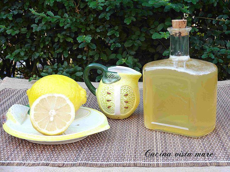 Lo sciroppo di limoni è ottimo come bagna per torte, per sorbetti, granite e creme, nello yogurt, per ottenere una bibita dissetante o un ottimo digestivo.