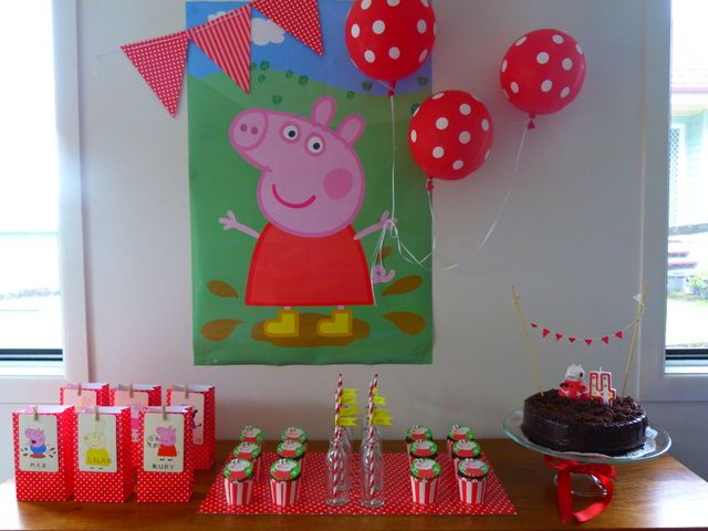 Me encanta la idea de decorar una fiesta Peppa Pig con un póster, un banderin y unos globos / I love the idea of decorating a Peppa Pig party with a poster, a pennant and balloons
