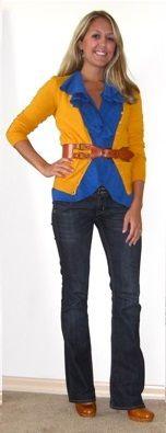 Оранжевый кардиган, джинсовая рубашка, джинсы клеш, коричневый ремень, коричневые ботильоны