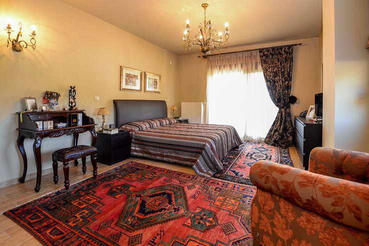 Υπνοδωμάτιο με κλασική διακόσμηση από παλιό αρχοντικό σπίτι. #efimesitiko #realestate #alexandroupoli